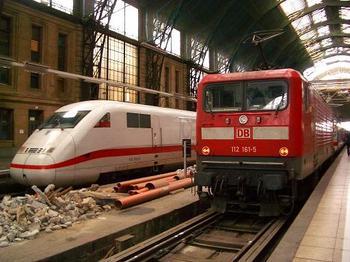 ICEとBR112 フランクフルト中央駅にて.JPG